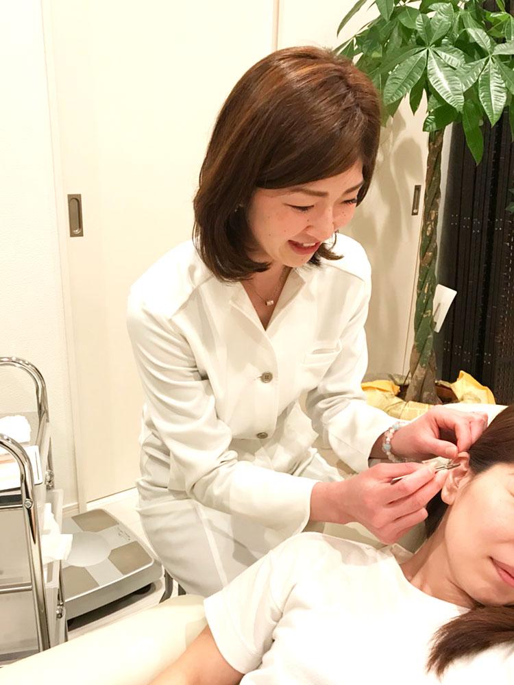 耳つぼ施術写真